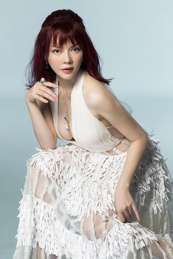 Trong loạt ảnh mới công bố, Lý Nhã Kỳ trông rất gợi cảm khi diện bộ đầm trắng hở ngực táo bạo.