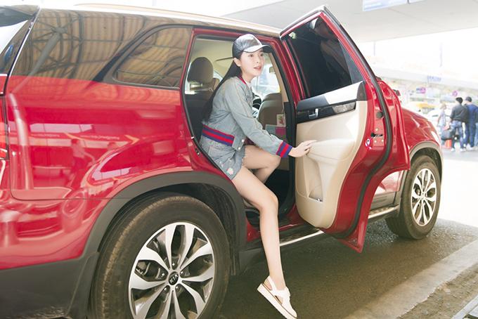 Ngày 28/2, Cao Thái Hà có mặt tại sân bay Tân Sơn Nhất TP HCM để đi công tác. Nữ diễn viên mặc gợi cảm, khoe đôi chân nuột nà.