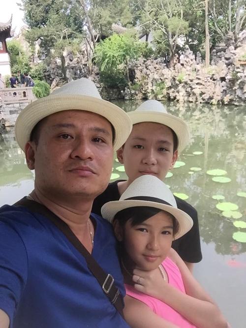 Anh Hồng Kiên và con trai Xuân Lộc (18 tuổi), con gái Trà My (12 tuổi).