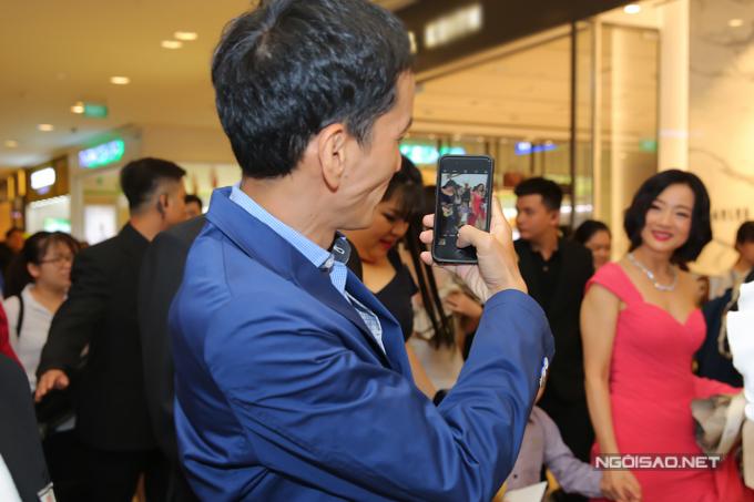 Chồng Mỹ Duyên đi bên cạnh, say sưa chụp ảnh cho vợ và con trai cưng.