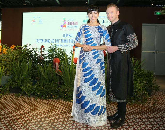 MC Quỳnh Hoa có sở thích sưu tập áo dài. Ca sĩ người Mỹ Kyo York trông thư sinh, nho nhã với trang phục truyền thống Việt Nam.