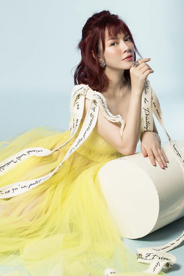 Lý Nhã Kỳ chọn những trang phụcHaute Couture của NTK Nguyễn Công Trí phối cùngtrang sức sang trọng để tạo điểm nhấn.