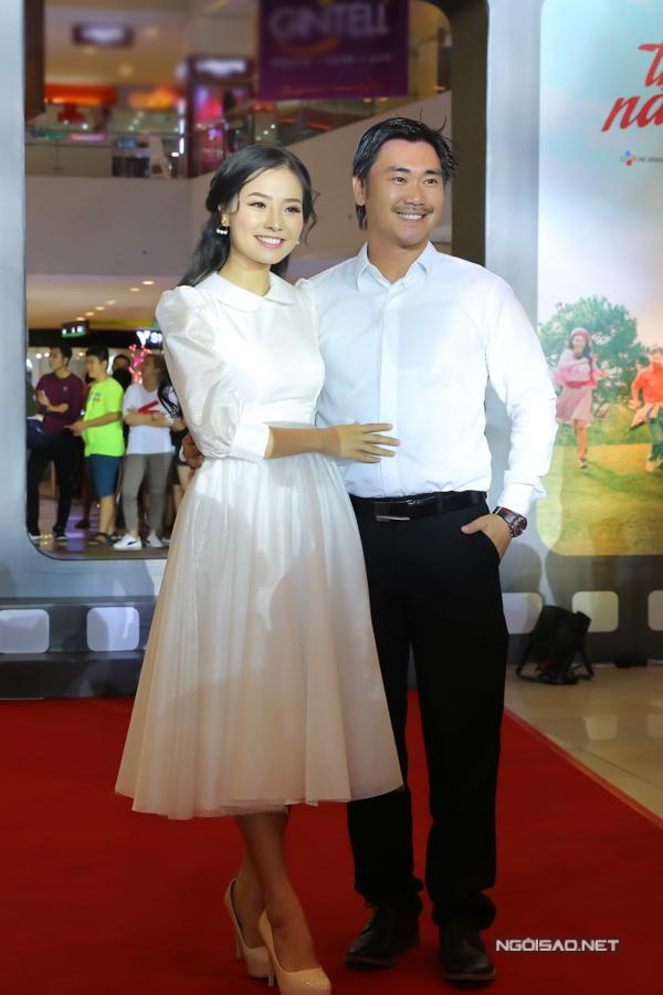 Khánh Hiền cùng ông xã mặc ton-sur-ton, quấn quýt không rời tại sự kiện điện ảnh tối 28/2.