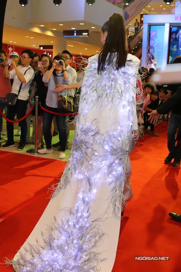 Phần áo choàng đính kèm trang phục của người đẹp được gắn đèn phát sáng rất lạ mắt.