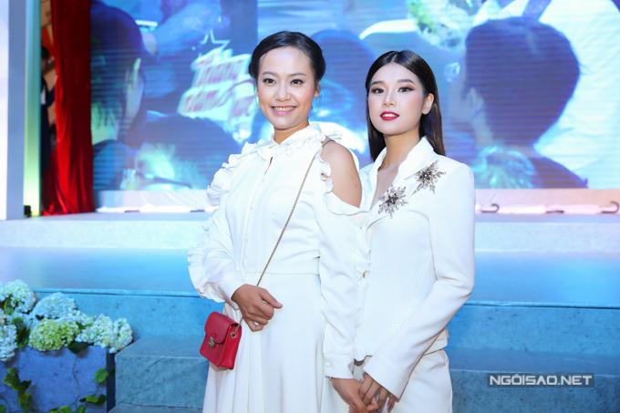 Hồng Ánh và Hoàng Yến Chibi đóng vai cô gái tên Hiểu Phương ở hai thời kỳ khi còn đi học và lúc đã trưởng thành, có chồng con.
