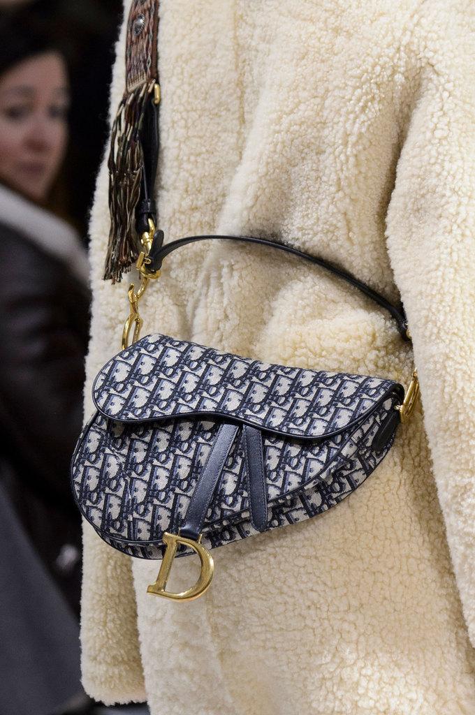 Dior lăng xê kiểu túi gắn sau yên xe đạp trên sàn diễn