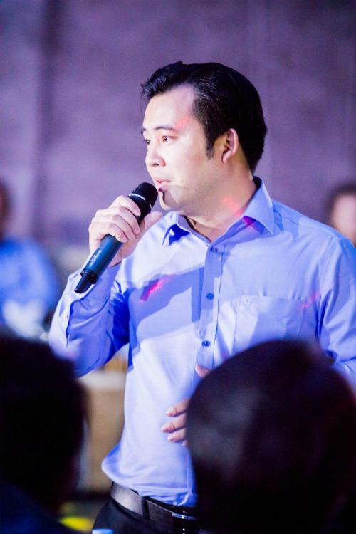 Ông David Trịnh - Chủ tịch Hiệp hội Đào tạo Làm đẹp Quốc tế (AIBETRA) kiêm Trưởng ban tổ chức cuộc thi phát biểu tại buổi họp báo.