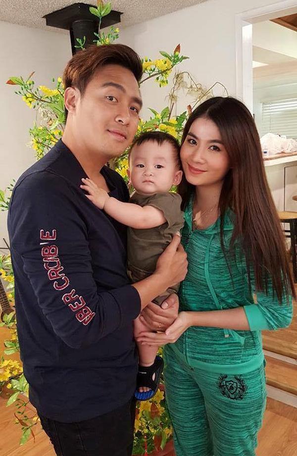 Vợ chồng Kha Ly - Thanh Duy chụp ảnh cùng con trai đầu lòng của Xuân Mai tại Mỹ.