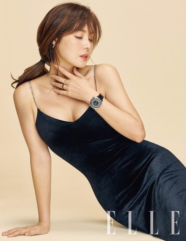 Kim Sung Ryung xuất hiện trên Elle số tháng 3 với vẻ đẹpnữ tính. Trong những trang phục gợi cảm, ngôi sao xứ Hàn khoe vòng một đầy đặn và eo thon nuột nà. Nữ diễn viên Những người thừa kế chia sẻ, nhiều phụ nữ quan niệm tuổi 50 là đã toan về già, riêng với cô, 50 là độ tuổi vàng.