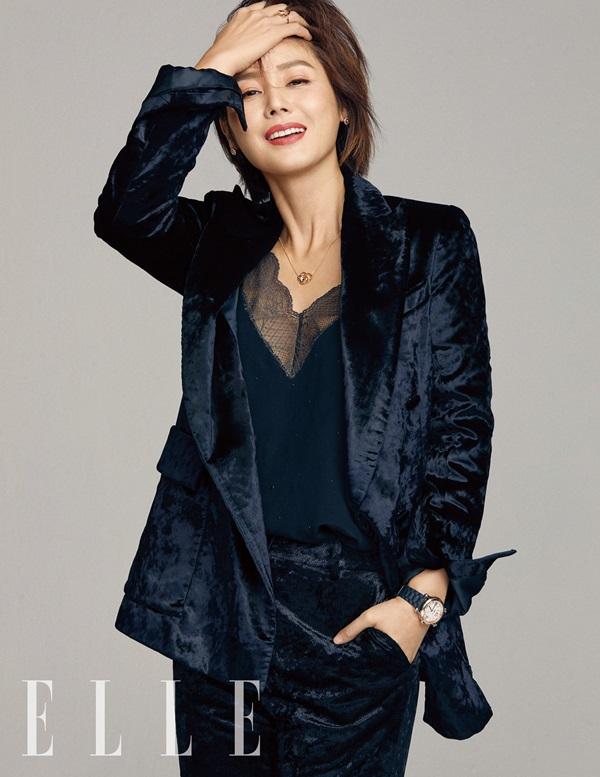 Với mọi trang phục, phong cách, mẹ Kim Tan luôn quyến rũ và sang trọng.