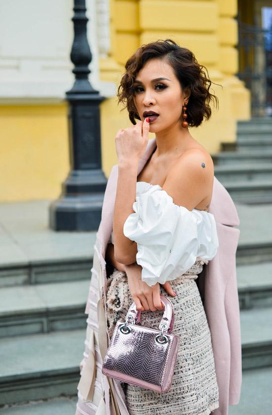Cô cũng để lộ một vài hình xăm trên vai và sườn khi kéo áo trễ nải.