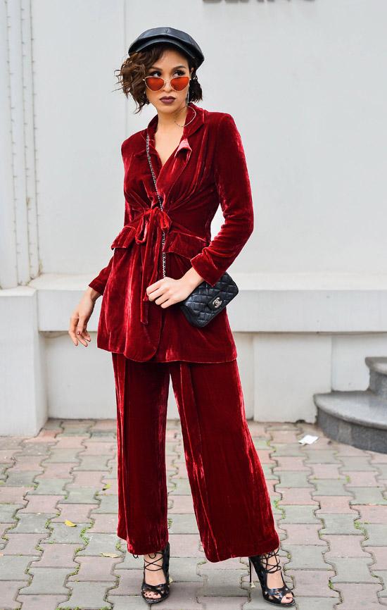 Với cây vest nhung đỏ cổ điển mang ơi hướng menswear, Phương Maimix cùng túi Chanel, kính mắt nâu đỏ, mũ beret và sandal dây buộc.