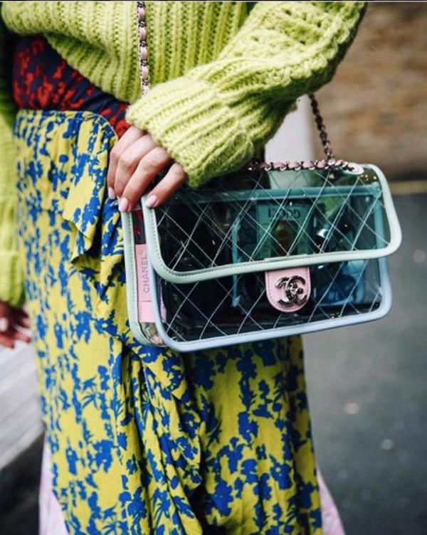 Nhựa trong màu cũng được Chanel sử dụng để mang tới các kiểu túi thời thượng.