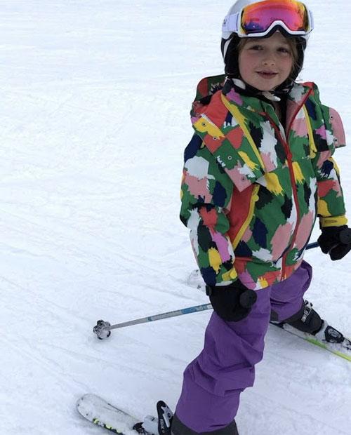 Harper cùng bố và các anh đi trượt tuyết ở Canada.