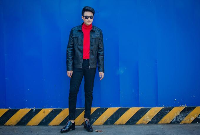 Khi tham gia hẹn hò hay tiệc tùng cùng bạn bè, chọn thiết kế áo cổ lọ tôn đỏ tươi sẽ giúp chàng tạo nên sự ấn tượng nhờ cách phối trang phục bắt mắt.