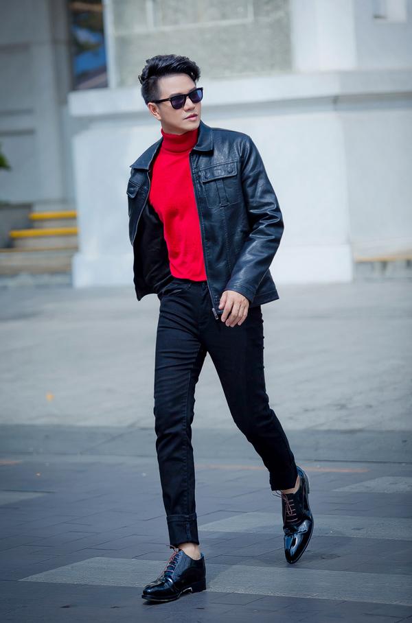 Áo khoác da kiểu dáng hiện đại, ôm body sẽ giúp người mặc trở nên khỏe khoắn và nam tính hơn.