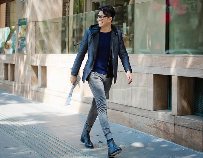 Vest, áo nỉ có mũ, áo cổ trụ trên chất liệu dệt kim được phối hợp nhịp nhàng cùng nhau mang tới hình ảnh trẻ trungvà khiến người mặc có được vẻ lịch lãm theo phong cách Hàn Quốc.
