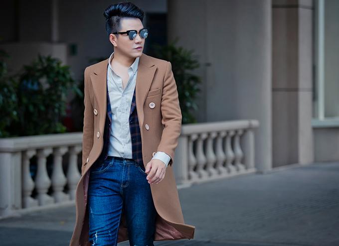 Thiết kế áo choàng dạ là trang phục phù hợp với các bạn nam có chiều cao lý tưởng. Nó không chỉ giúp họ giữ ấm trong ngày se lạnh mà còn dễ dàng xây dựng hình ảnh sang trọng, sành điệu.