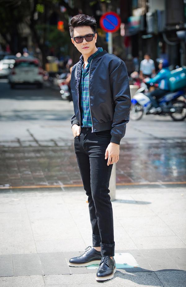 Thay vì cách tạo dựng hình ảnh cá tính khi diện bomber với các kiểu quần đáy thụng, quần kẻ sọc, bạn trai vẫn có thể kết hợp mẫu áo khoác này cùng jean, sơ mi để mang đến nét thanh lịch.