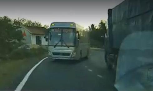 Tài xế thoát chết trước đầu ôtô khách vì cố ý vượt xe tải
