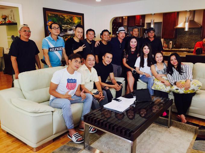 Xuân Mai (bìa phải) chụp ảnh lưu niệm cùng các thành viên đoàn làm phim.