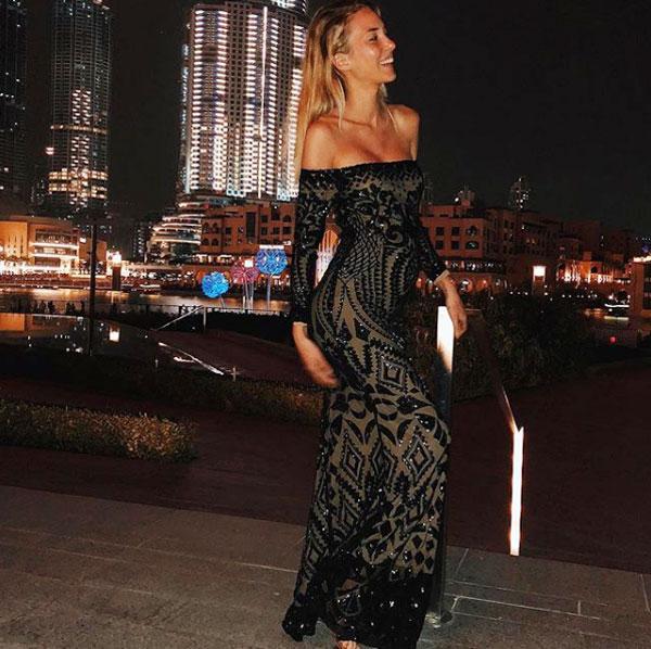 Vợ sao Chelsea quyến rũ trong bộ váy bó vai trần ôm sát, để lộ bụng bầu nhô cao.