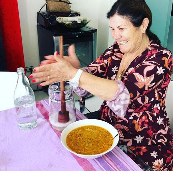 Mẹ C. Ronaldo gây kinh ngạc vì cách nấu ăn lạ - 1