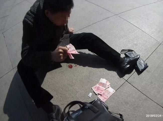 Người đàn ông bị nôn ra máu, bất lực lấy tiền ra ném để cầu cứu người qua đường.