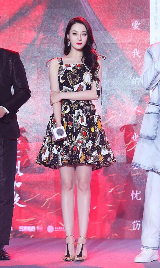 Vừa trở về từ Tuần lễ Thời trang Milan 2018, Địch Lệ Nhiệt Ba góp mặt trong buổi ra mắt phim mới Liệt hỏa như ca tổ chức tại Bắc Kinh. Mỹ nữ Tân Cương khoe đôi chân thon thẳng tắp, vóc dáng đẹp nuột nà trong chiếc váy ngắn rực rỡ sắc màu.