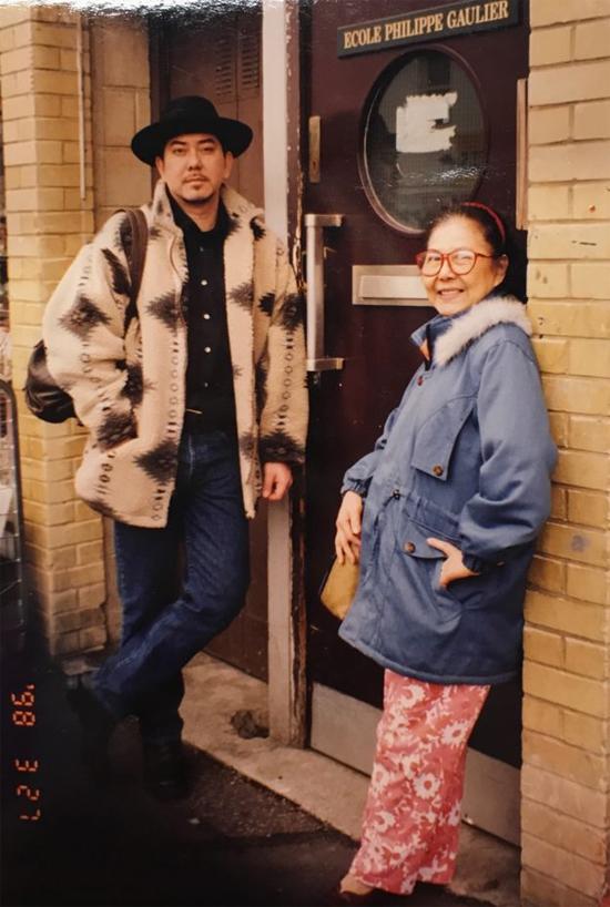 Nam diễn viên Hoàng Thu Sinh và mẹ.