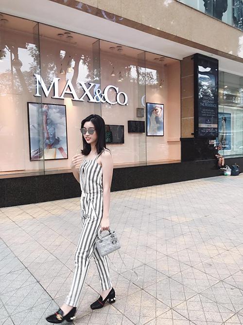 Hoa hậu Mỹ Linh hiếm hoi kết hợp phụ kiện hàng hiệu khi xuống phố đi dạo.