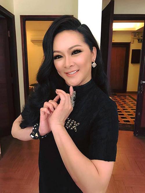 Ca sĩ Như Quỳnh khiến người xem giật mình vì gương mặt cứng đờ, không tự nhiên, đặc biệt là khi trang điểm đậm.