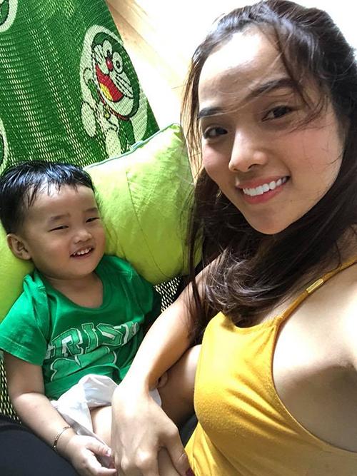 Kim Cương - bà xã Ưng Hoàng Phúc - than thở vì già chát khi chụp ảnh cùng con trai.