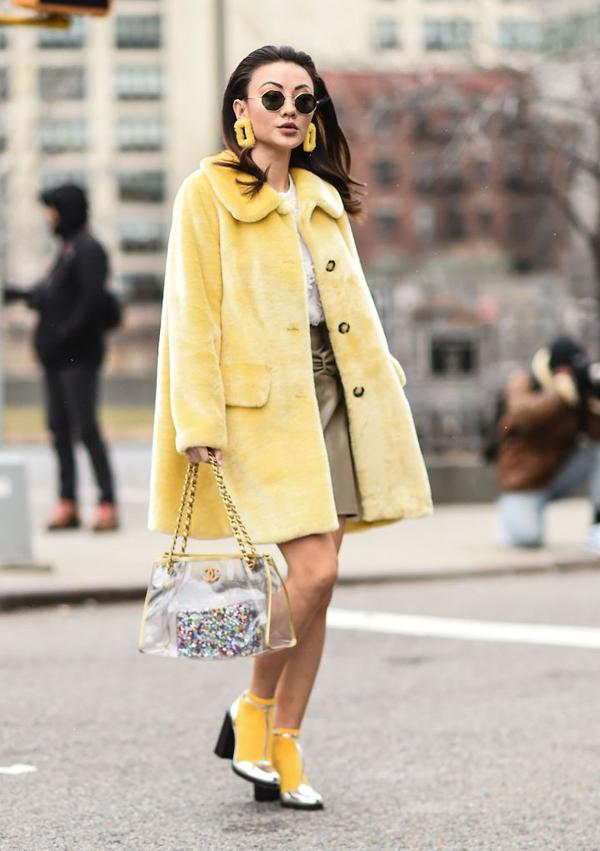 Clutch, ví cầm tay và các phụ kiện mắt kính, nước hoa, son môi nhiều sắc màu thường được các cô nàng sành điệu kết hợp cùng túi nhựa trong.