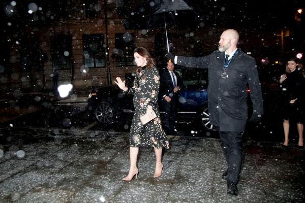 Không có ai dìu đỡ, công nương nước Anh tự tin sải bước một mình trên đôi giày cao gót dù đường phủ đầy tuyết.