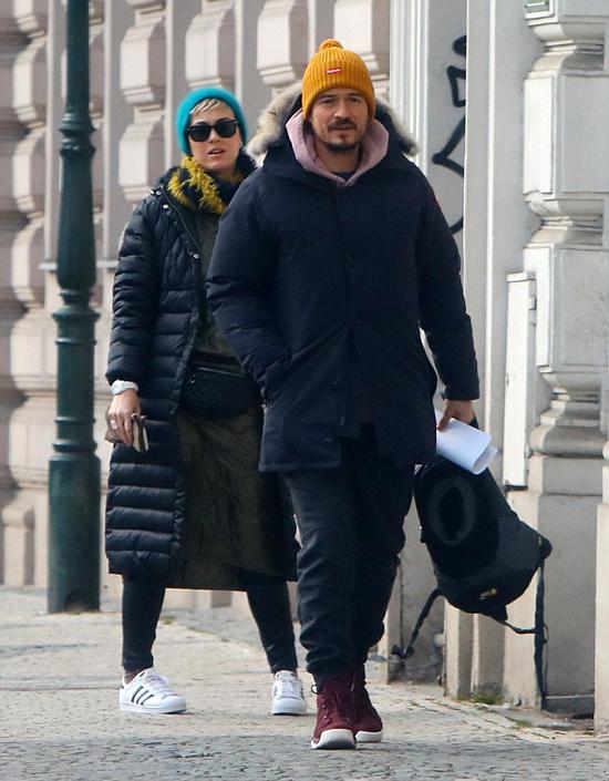 Katy đã tới Prague thăm Orlando đóng seri phim Carnival Row. Hai người tranh thủ hẹn hò sau khi đi ăn trưa.