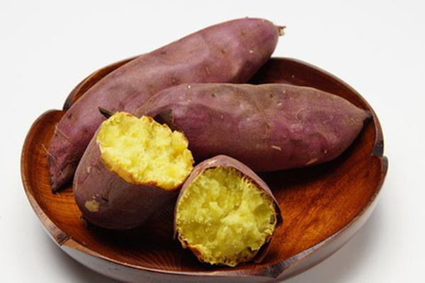 Trong khoai lang có rất nhiều chất dinh dưỡng beta-carotene, vitamin A, C, các vitamin nhóm B, magie, mangan, kali, chất xơ, có tác dụng bổ sung dinh dưỡng, đẹp da.