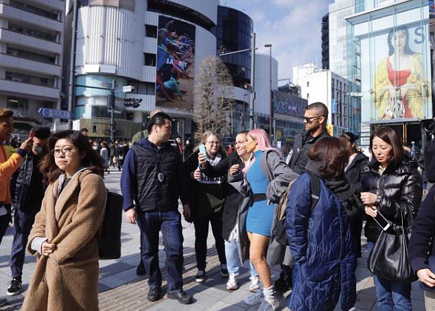 Nhiều người hâm mộ Nhật Bản vây quanh cô.