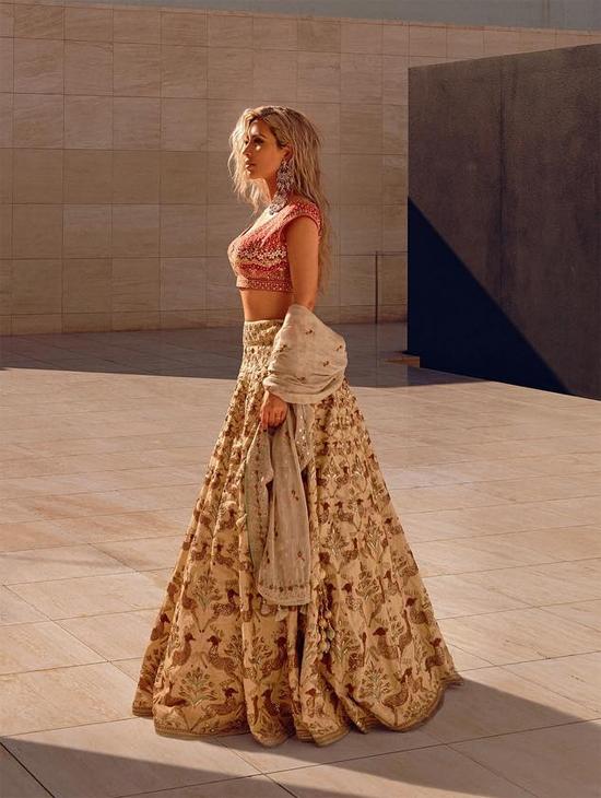 Cô quyến rũ trong bộ váy lehenga hở eo truyền thống của các cô gái Ấn.
