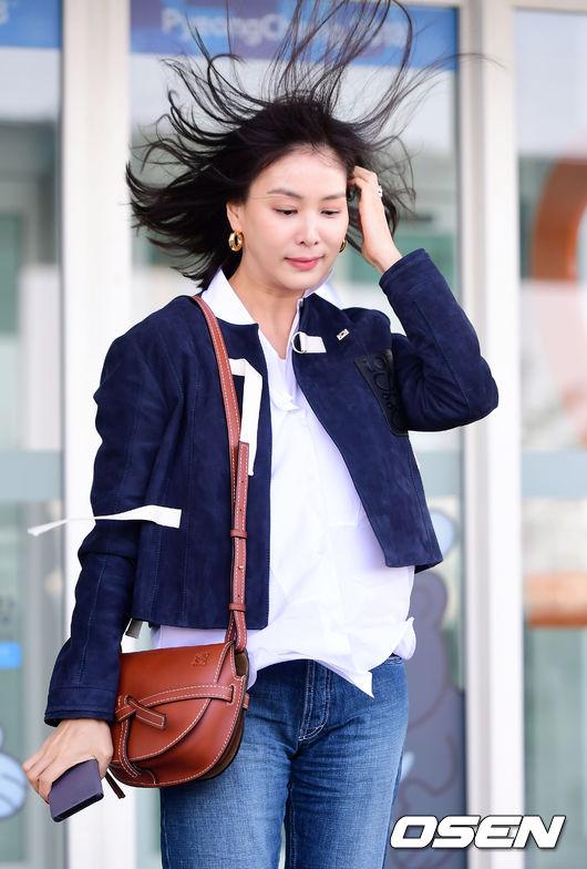 Những cơn gió lớn ở sân bay khiến tóc Go So Young tung bay...