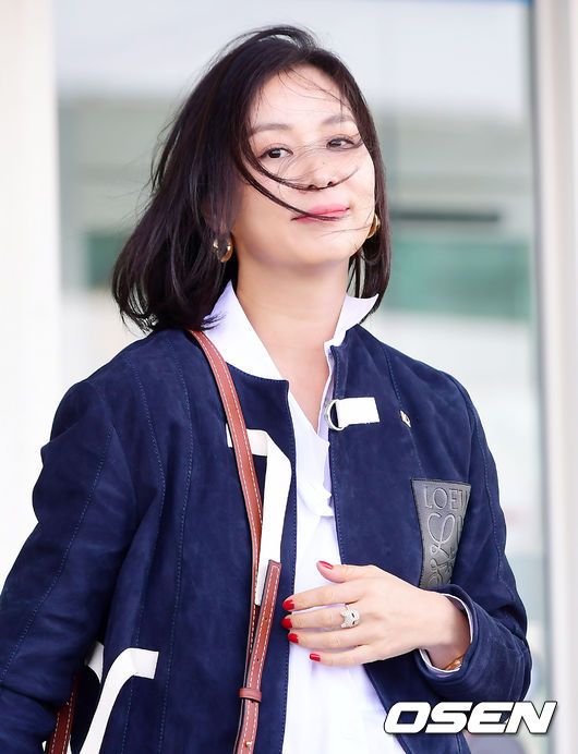 Cơn gió trêu đùa mái tóc khiến bà xã Jang Dong Gun bối rối - 3
