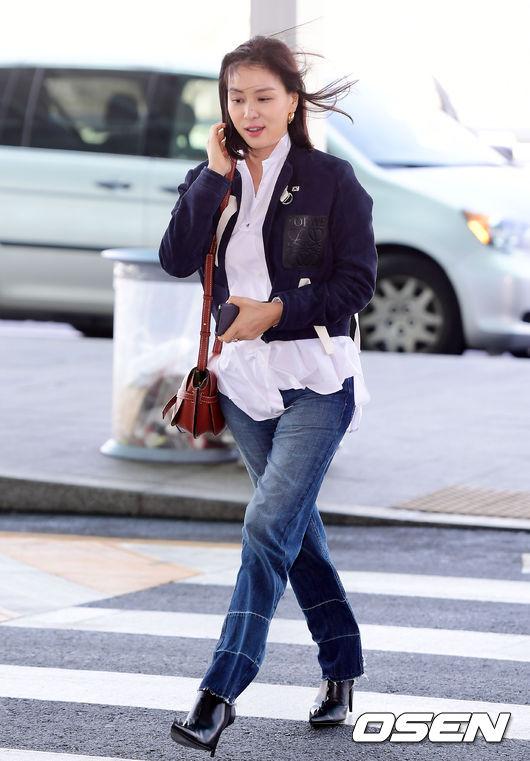 Go So Young lên đường sang Pháp dự Tuần lễ Thời trang Paris 2018, cô đi theo lời mời của một thương hiệu quốc tế. Tại sân bay, bà xã của tài tử Jang Dong Gun ăn mặc giản dị, khỏe khoắn, trang điểm nhẹ nhàng trông rất trẻ trung.