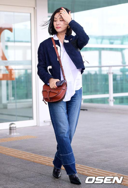 Cơn gió trêu đùa mái tóc khiến bà xã Jang Dong Gun bối rối - 5