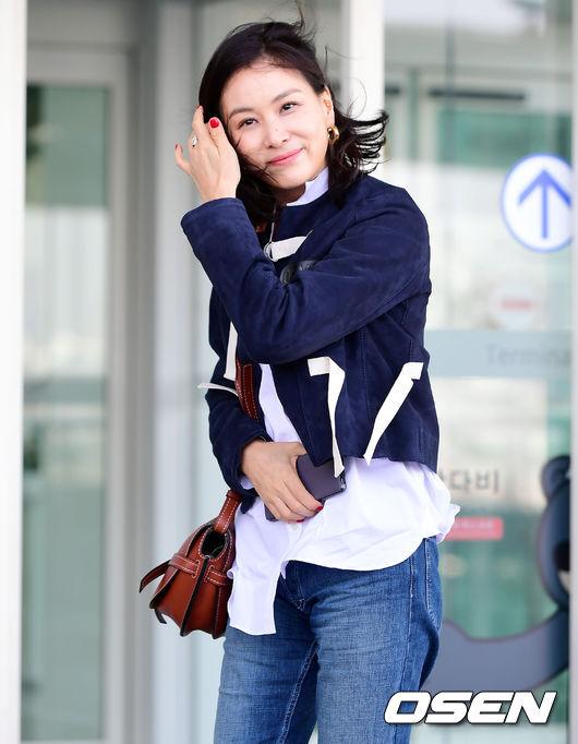 Cơn gió trêu đùa mái tóc khiến bà xã Jang Dong Gun bối rối - 7