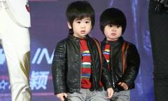 Cặp sinh đôi của Lâm Chí Dĩnh mắt xoe tròn khi lên sân khấu cùng bố mẹ