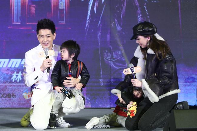 Lâm Chí Dĩnh đề nghị hai con chào khán giả...