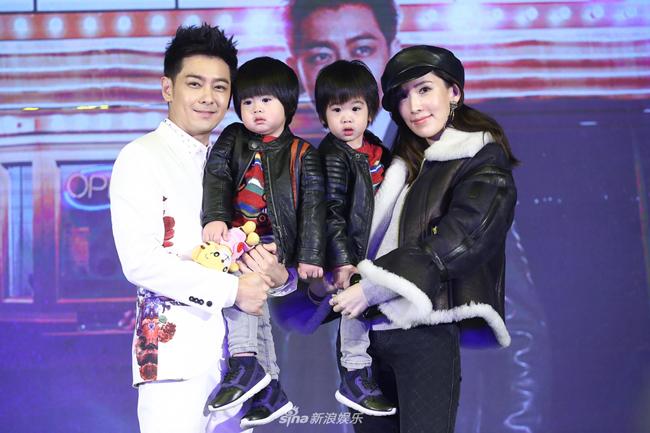 Vợ chồng Lâm Chí Dĩnh ôm hai con chụp ảnh kỷ niệm.
