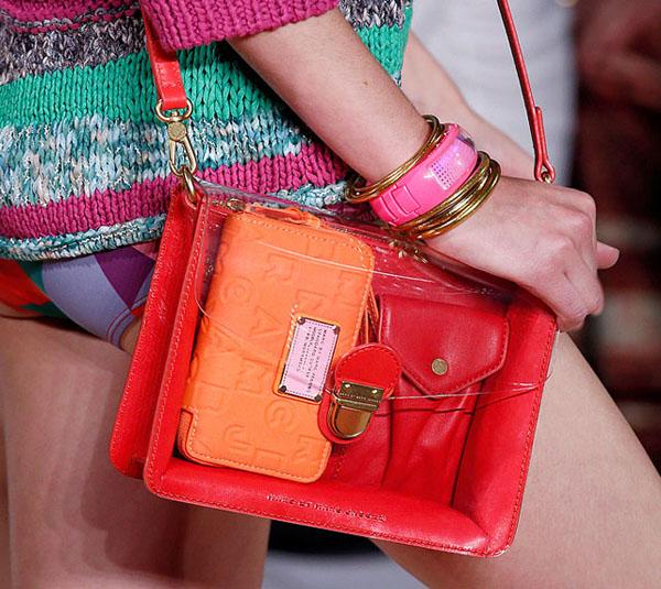 Đầu mùa xuân hè 2013, thương hiệu Marc Jacobs đã khiến phái đẹp khắp thế giới phải điêu đứng khi tung ra sản phẩm túi nhựa trong thời trang với kích thước gọn gàng, cách phối hợp chất liệu da bắt mắt.
