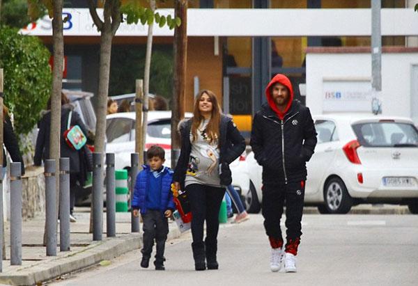 Vợ chồng Messi cùng nhau đi đón con trai đầu lòng