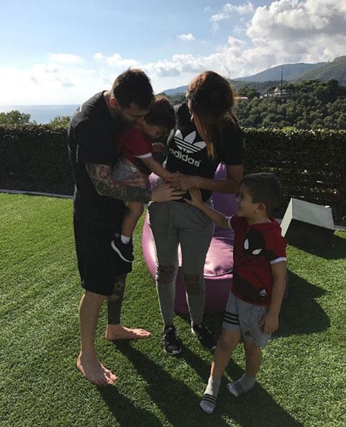 Vợ chồng sao Barca thông báo tin vui sắp có thêm thành viên nhí vào tháng 10 năm ngoái bằng bức ảnh cả ba bố con sờ bung Antonella và chú thích: Gia đình sắp 5 người.